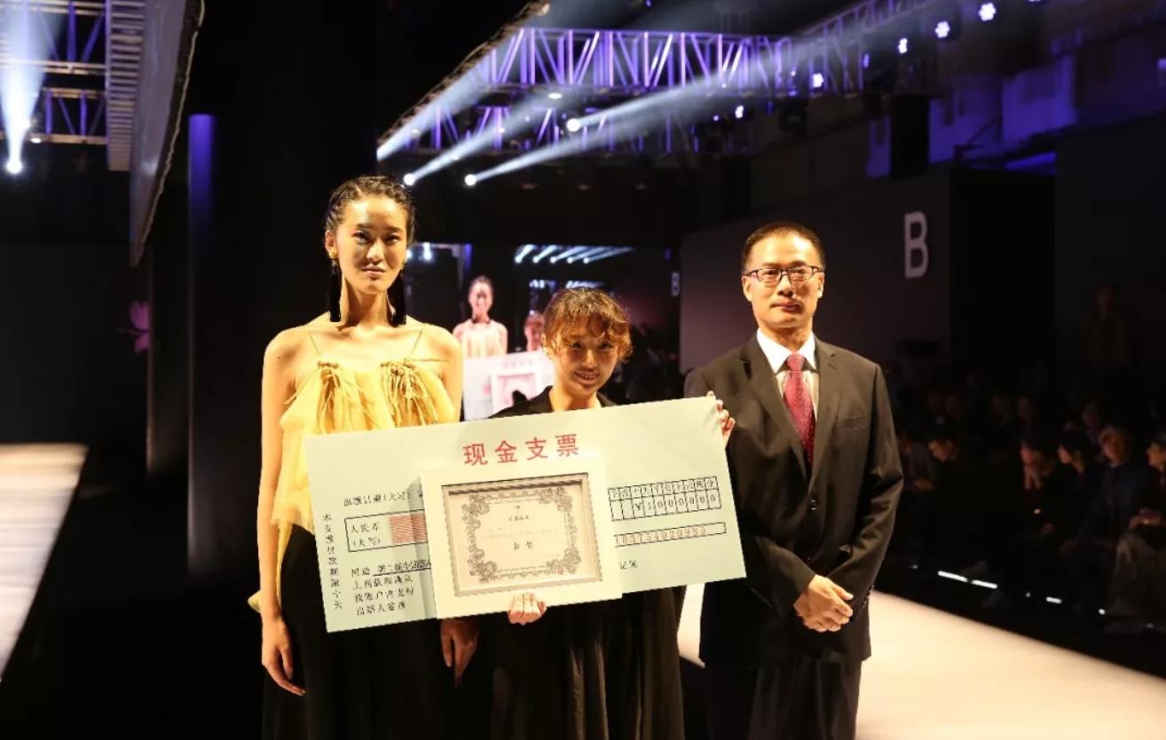 【國際競賽】恭喜 ! 織品碩 莊佳頴同學獲得第二屆中國國際青年大學生服裝設計大賽金獎